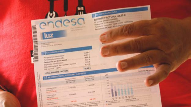 Pla detall d'una factura d'Endesa on s'aprecia el descompte del bo social / Foto: ACN