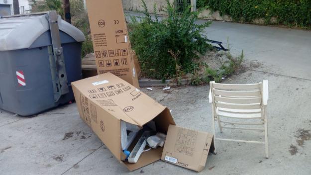 Voluminosos acumulats als contenidors de la cruïlla del carrer de Verdaguer amb Quadra de Canals / Foto: Enric Martínez