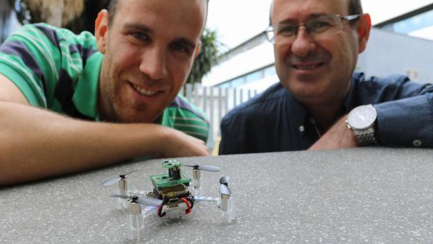 Javier Burgués i Santiago Marco, amb el nanodron / Foto: Universitat de Barcelona