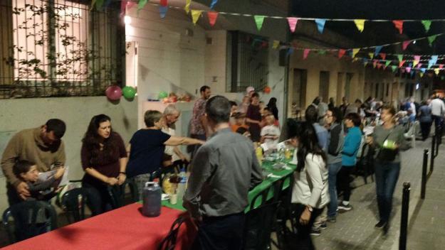 El veïnat del carrer de Sant Esteve fa germanor amb un sopar de carmanyola