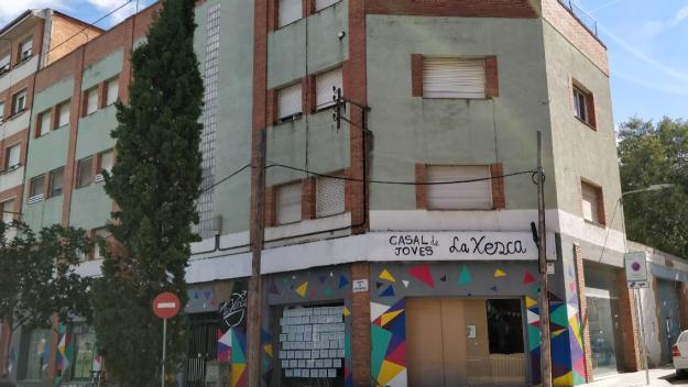 La Xesca es troba als baixos de l'edifici de la cantonada de l'avinguda Cerdanyola amb el carrer de Borrell / Foto: Cugat Mèdia