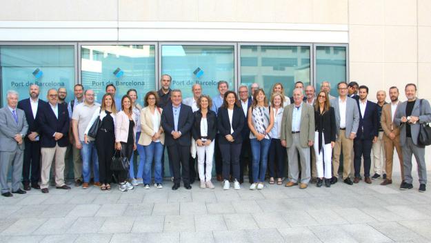 Foto dels associaciat de SCE amb Mercè Conesa al Port de Barcelona / Foto: SCE