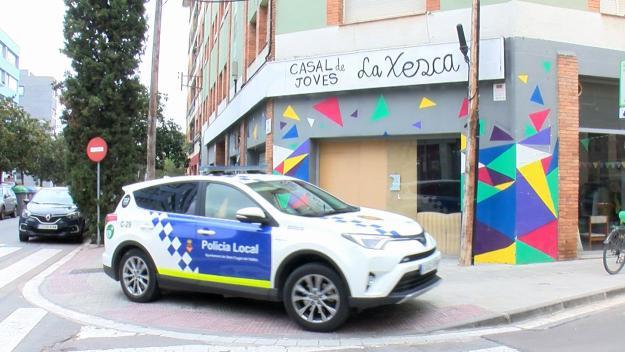 La Policia Local s'ha personat davant La Xesca / Foto: Cugat Mèdia