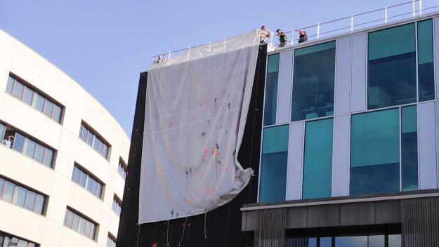 L'Ajuntament gira la pancarta de suport als 'presos polítics'