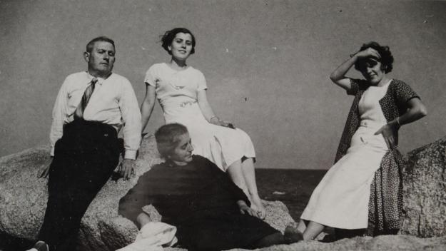 Roc Codó, a l'esquerra, amb la seva dona i les seves filles a la platja / Foto: Pep Codó