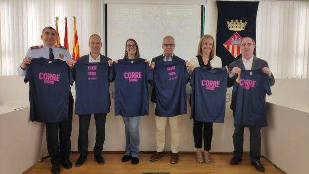 Les autoritats amb la samarreta de la cursa d'enguany / Foto: Cugat Mèdia