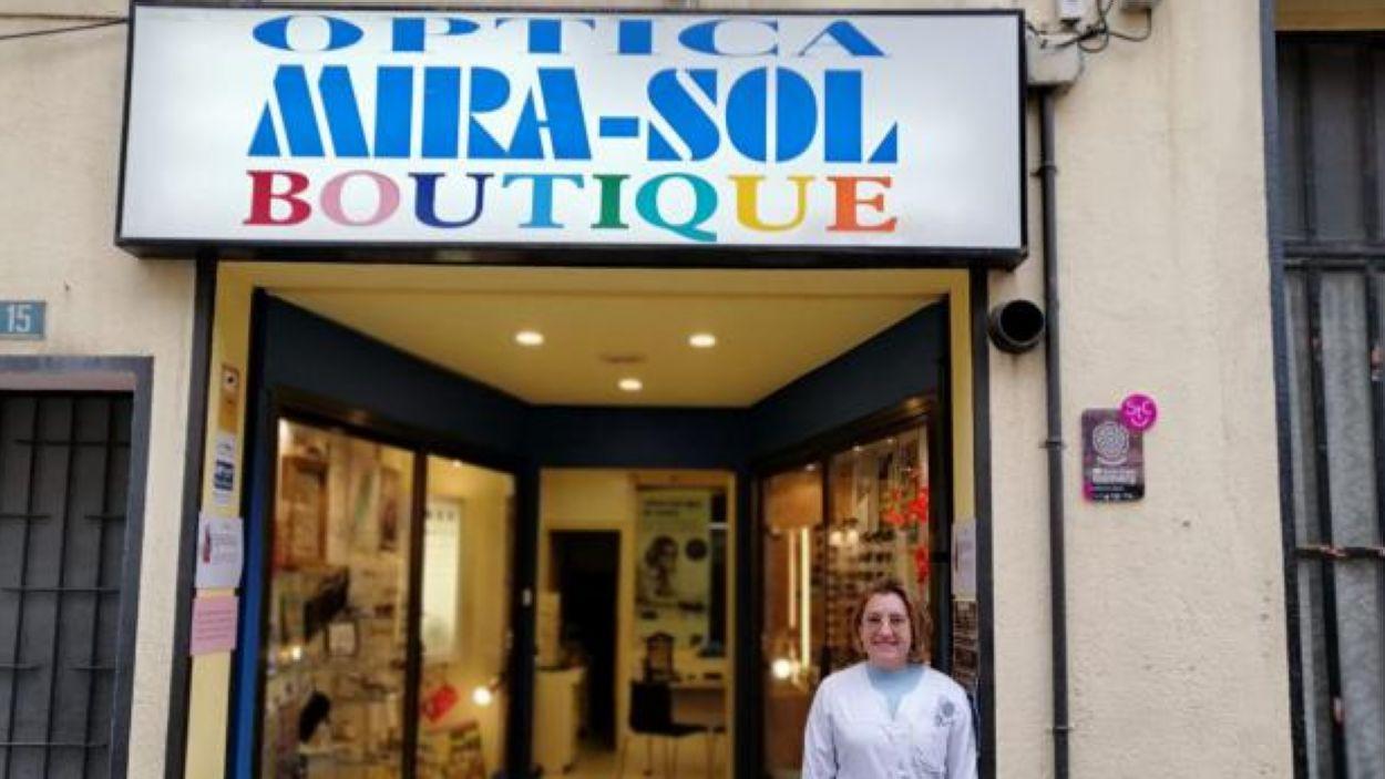 La Mireia davant l'Òptica Mirasol al carrer de l'Endavallada número 15 / Foto: Cugat Mèdia
