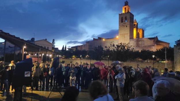Un centenar de persones s'ha reunit a la plaça de l'U d'Octubre / Foto: Cugat Mèdia
