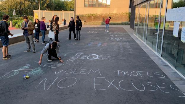 Els alumnes de l'Escola d'Art i Disseny protesten per la manca de professorat / Foto: Cugat Mèdia