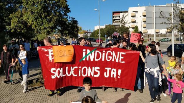 Les famílies han recorregut l'entorn de l'escola amb una pancarta / Foto: Cugat Mèdia