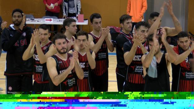 Els jugadors de la UESC aplaudint a la seva afició / Foto: Cugat Mèdia