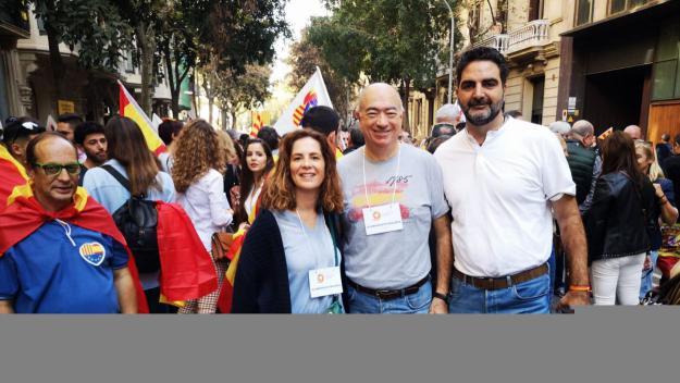 El portaveu de Cs, Aldo Ciprian, entre els santcugatencs a la manifestació / Foto: Cs Sant Cugat