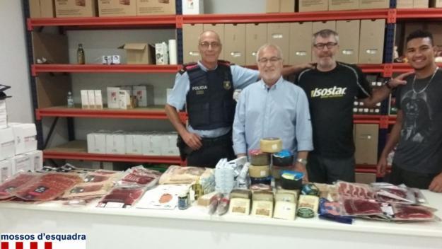 Mossos entrega a Càritas 30 quilos d'aliments intervinguts de dos robatoris