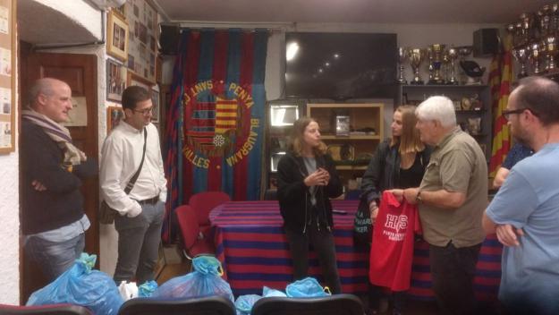 Imatge de l'entrega de roba de la Penya Blaugrana a l'associació IURAA / Font: Penya Blaugrana