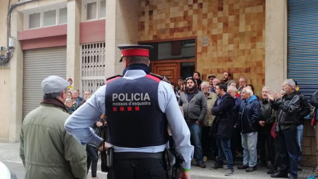 Els concentrat han cridat proclames com 'Gent sense cases i cases sense gent' / Foto: Cugat Mèdia