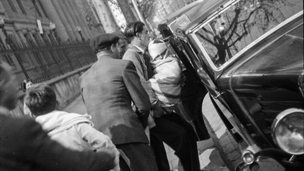Nen ferit pels bombardeigos aeris arribant al Clínic de Barcelona / Foto: Antoni Campañà (Cedida per la família)