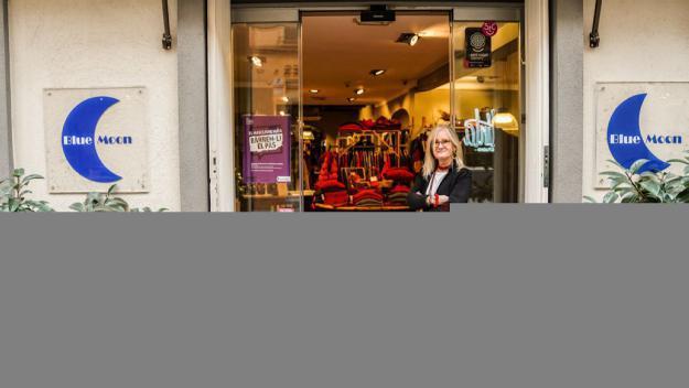 Bea Martínez, davant de la botiga / Foto: Guillem Babitsch (Cugat Mèdia)