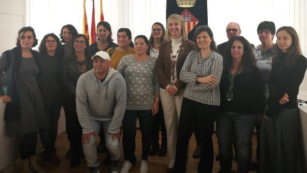 Moment de la recepció que s'ha fet a Milena Flórez, al centre, a l'esquerra de l'alcaldessa, Mireia Ingla / Foto: Cugat Mèdia