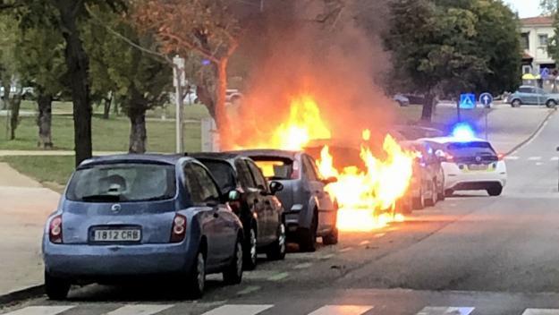 Cremen dos cotxes al carrer de l'Abat Armengol de Sant Cugat