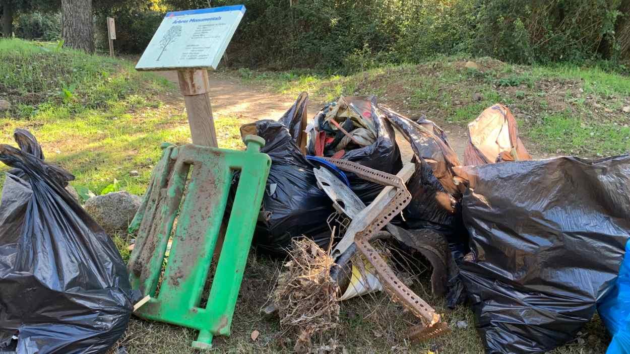 Veïns de Valldoreix recullen 1.200 quilos de brossa per netejar l'espai natural