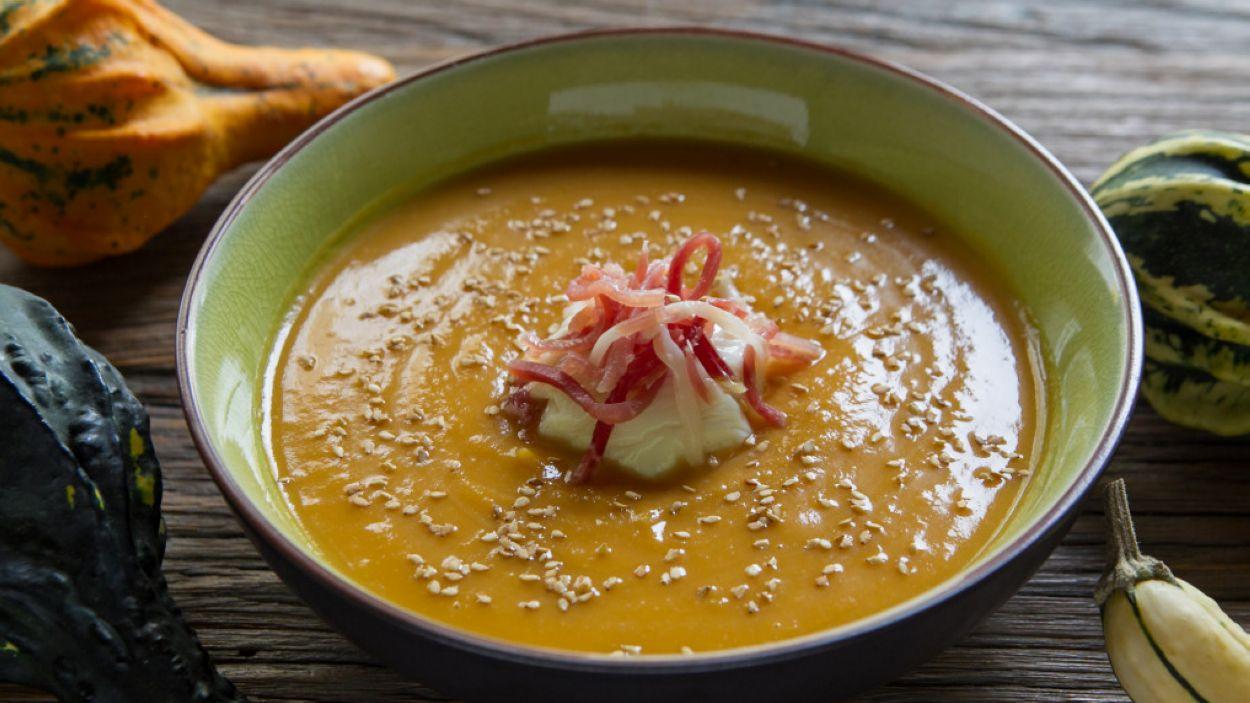 Ou 'poché' amb sopa de pernil i crema de carbassa i moniato, dues propostes per aquesta temporada