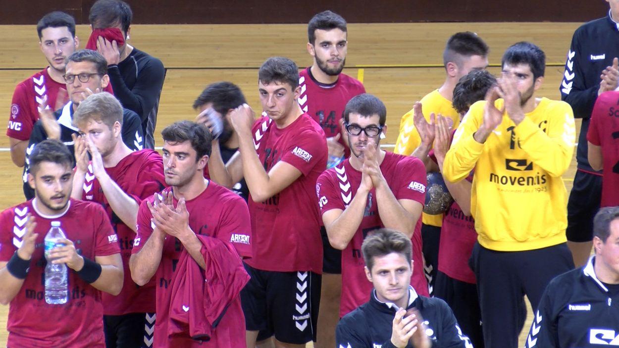 Els jugadors vermell-i-negres agraïnt el suport de l'afició / Foto: Cugat Mèdia