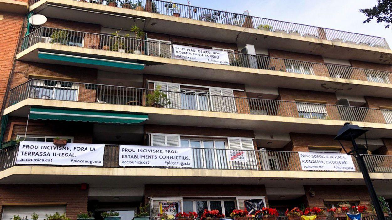 Les pancartes als balcons sobre el bar El Dehesa / Foto: Cugat Mèdia