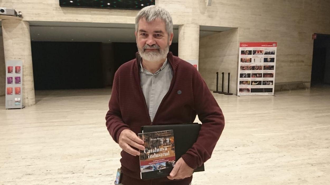 David Romaní exhibeix el llibre 'Catalunya Industrial' abans de la presentació. / Autor: Cugat Mèdia