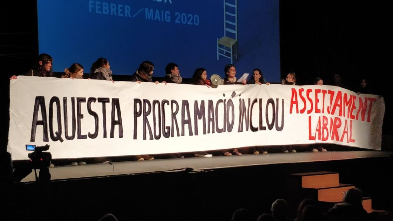 L'acció de protesta ha interromput l'acte de presentació de la nova temporada del Teatre-Auditori Sant Cugat / Foto: Cugat Mèdia