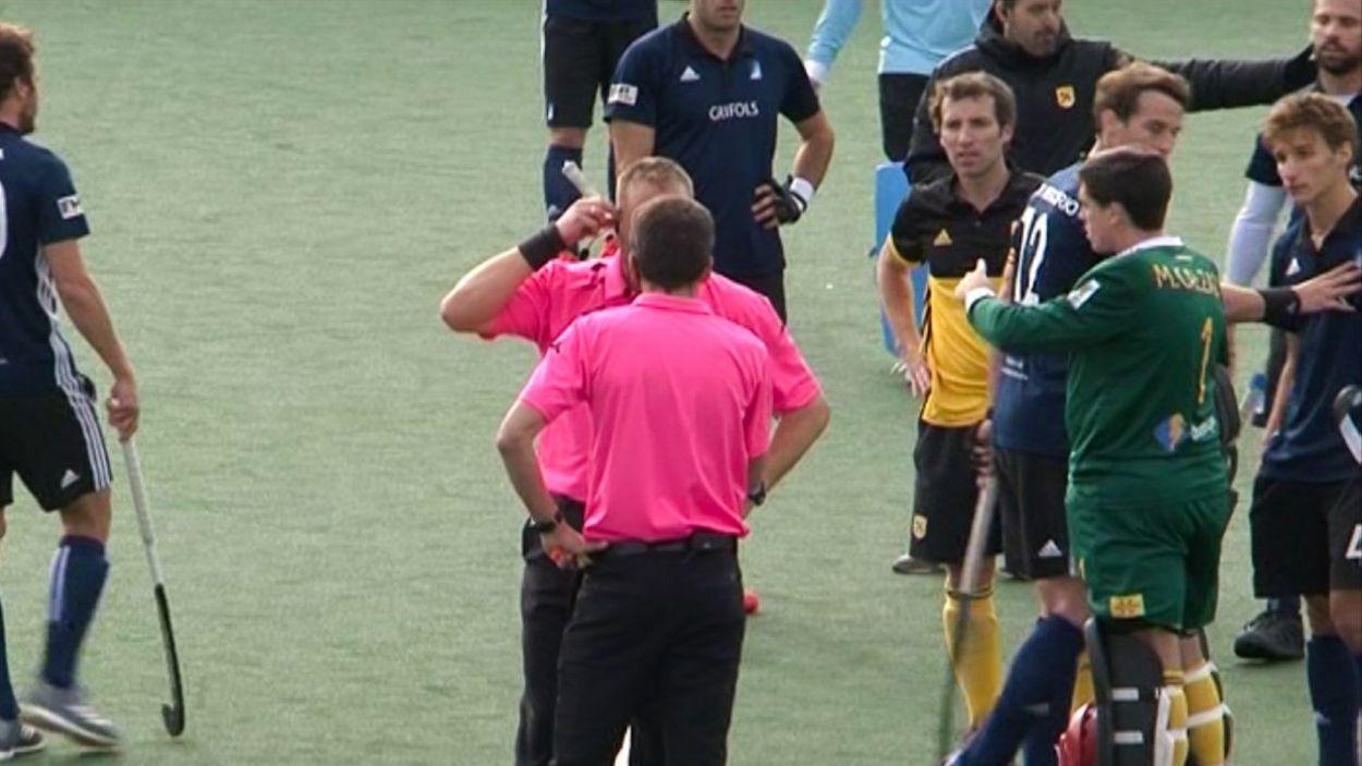 Els àrbitres durant el partit entre l'Atlètic i el Junior masculí / Foto: Cugat Mèdia