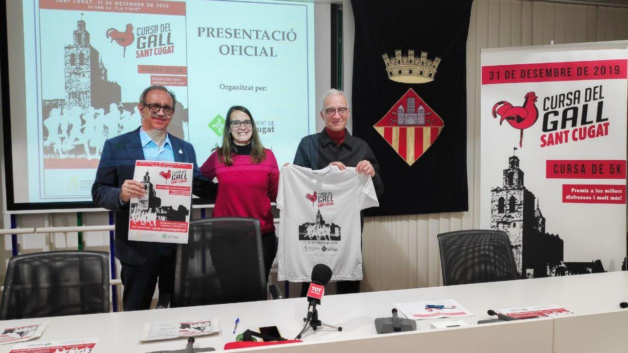 Silvano Bendinelli, Gemma Aristoy i Manel González amb la samarreta de la cursa / Foto: Cugat Mèdia