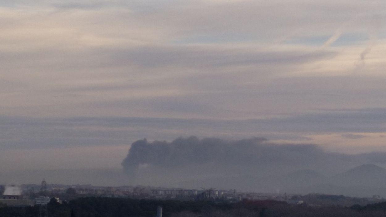 Així es veu la columna de fum des de l'avinguda Cerdanyola / Foto: Xavier Juzgado Casas