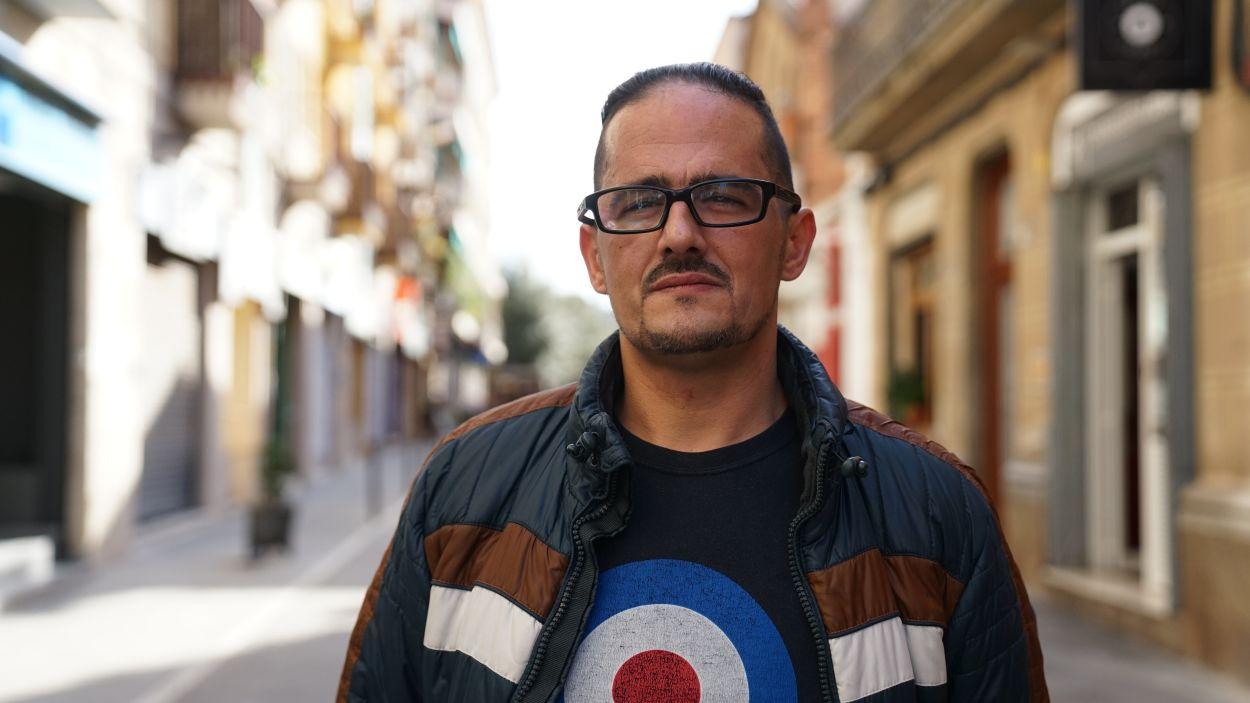 Óscar Martínez, pare d'una nena d'un any i tres mesos que pateix la malaltia minoritària de pell de papallona / Foto: Guillem Babitsch
