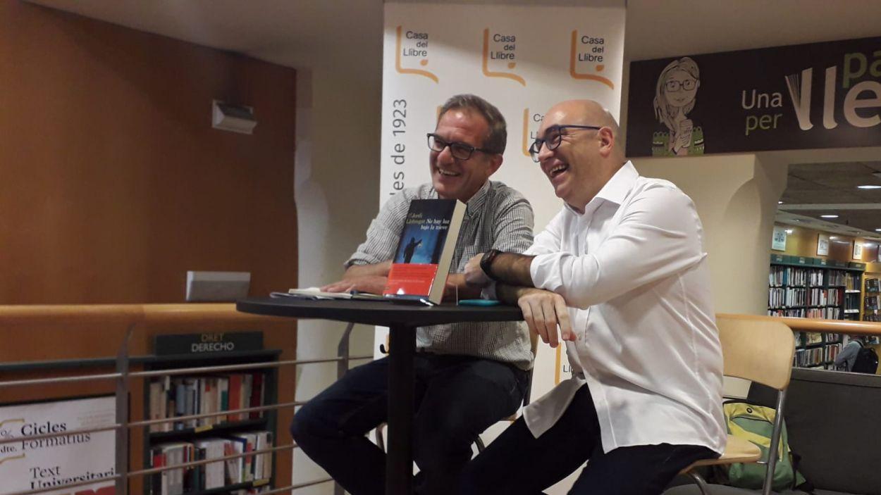 Jordi Llobregat, dreta, amb el periodista Matías Néspolo durant la presentació de 'No hay luz baho la nieve' / Foto: Cugat Mèdia