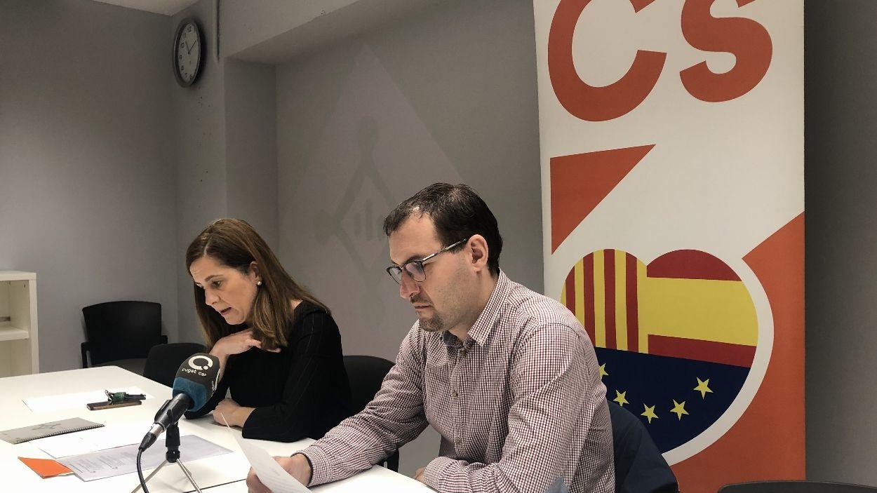 Els regidors de Cs Munia Fernández-Jordán i Sergio Blázquez en roda de premsa / Foto: Cugat Mèdia