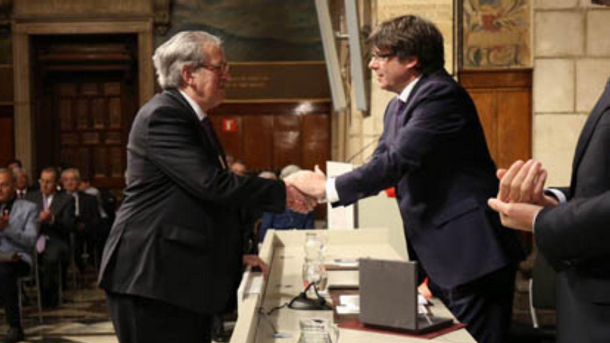 Imatge d'arxiu de Romà Cuyàs rebent la Creu de Sant Jordi / Foto: Jordi Bedmar
