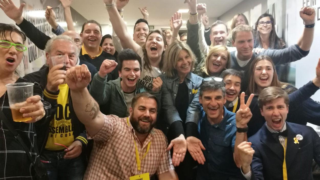L'alcaldable Carmela Fortuny celebrant la victòria a la seu del partit / Foto: Cugat Mèdia