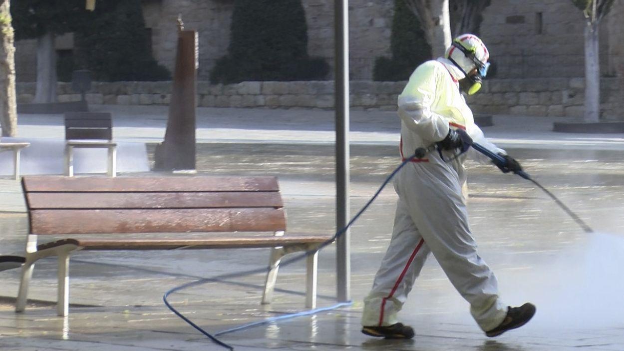 Durant el confinament s'han desinfectat carrers i espais municipals / Foto: Cugat Mèdia