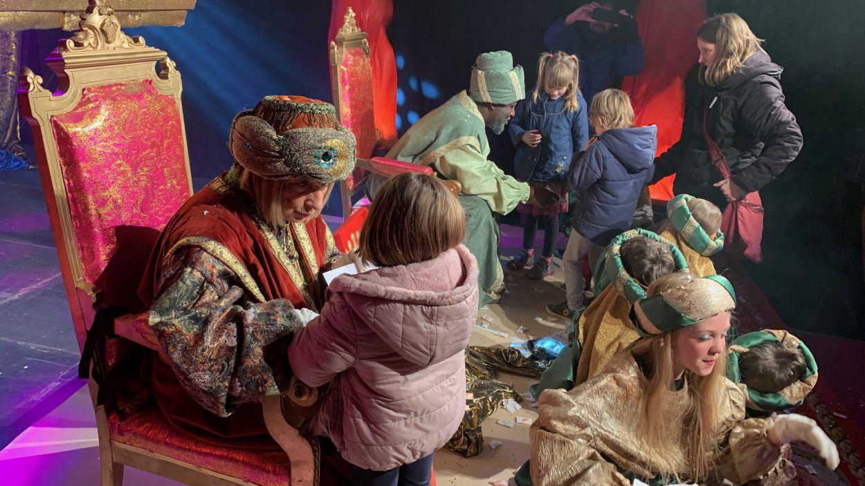 Infants entreguen les seves cartes als Ambaixadors Reials / Foto: Cugat Mèdia