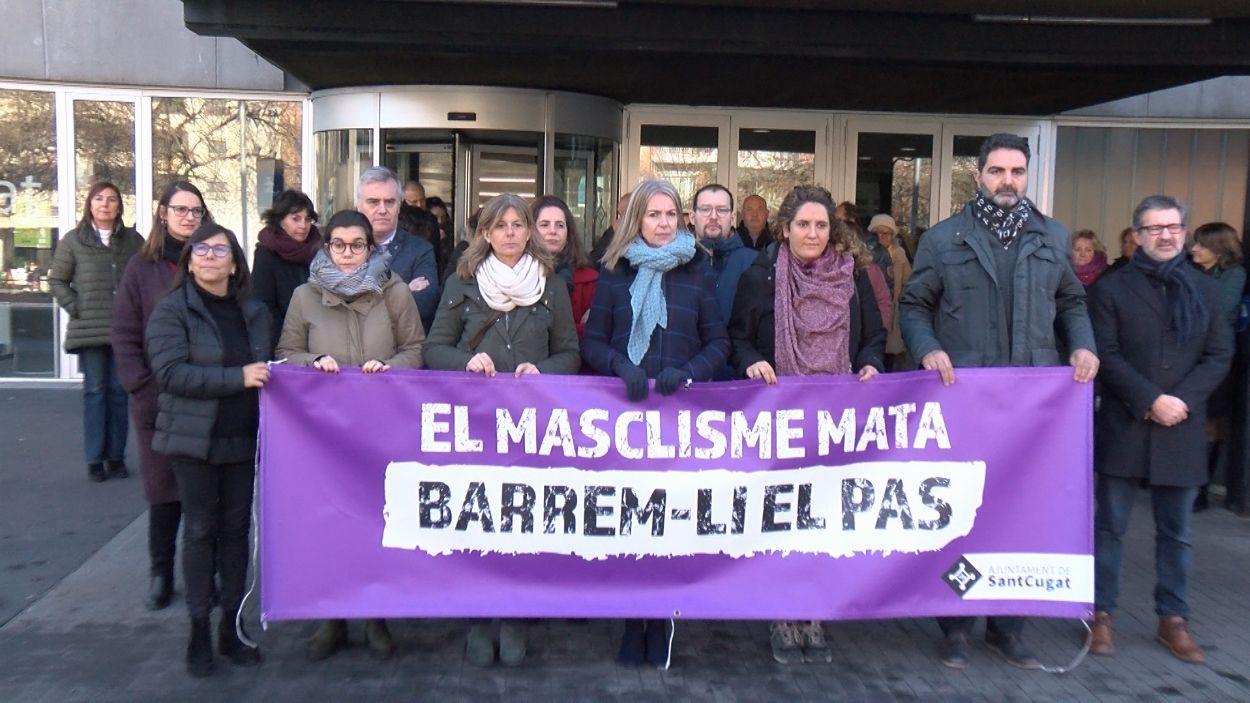 Representants polítics de l'Ajuntament amb la pancarta contra la violència masclista durant el minut de silenci / Foto: Cugat Mèdia