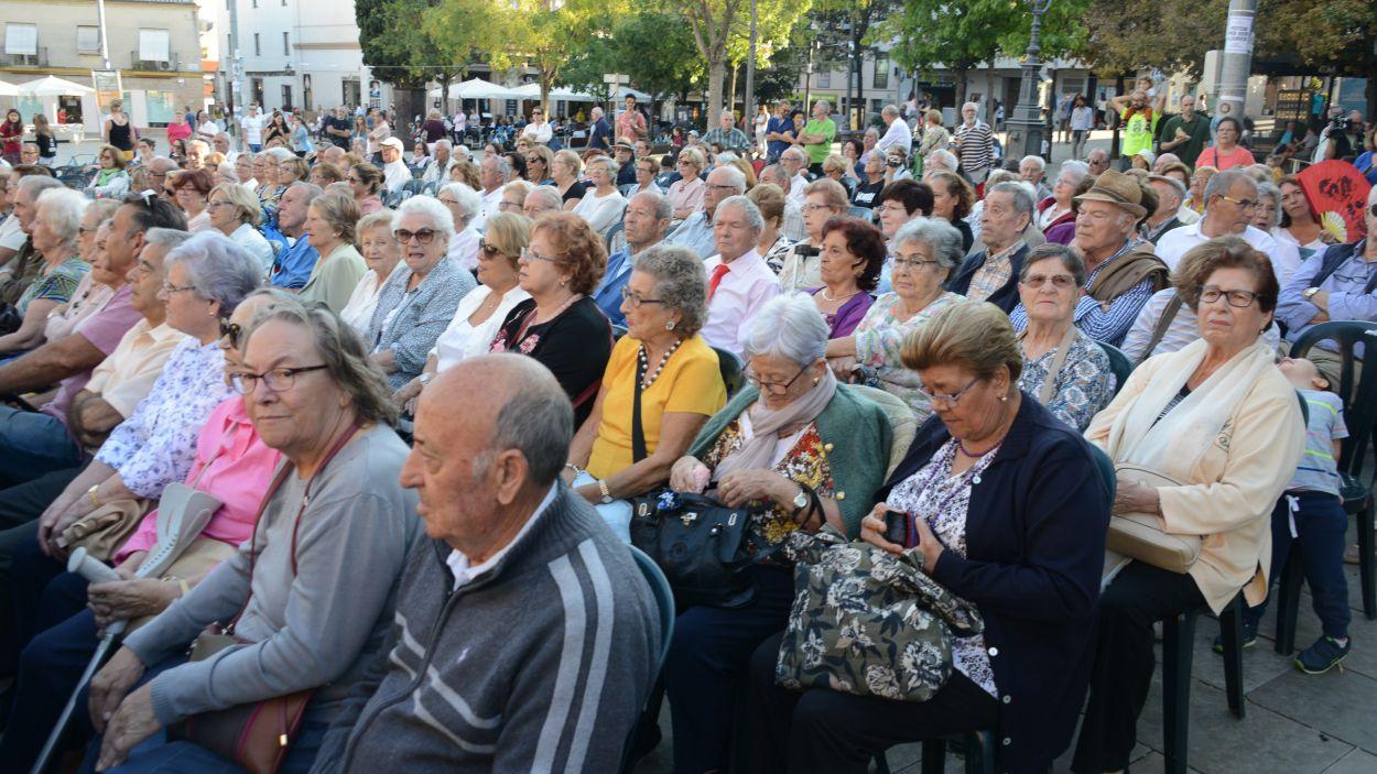 Gent gran assistint a un esdeveniment / Foto: Localpres