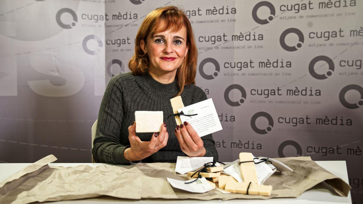 Teresa Puig, amb els sabons que fabrica / Foto: Guillem Babitsch (Cugat Mèdia)