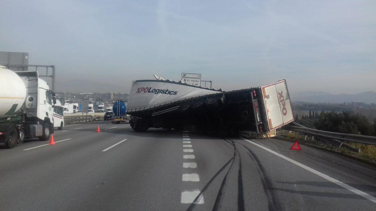 Imatge del camió bolcat / Foto: Servei Català de Trànsit
