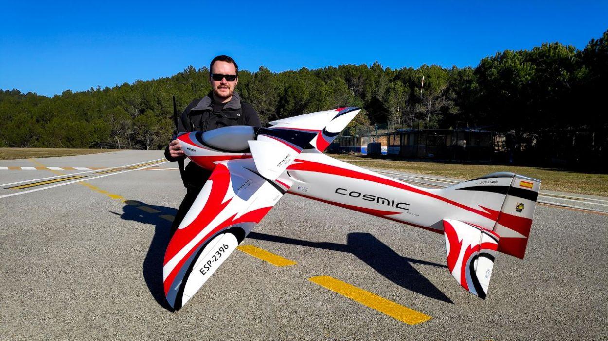 El pilot Joan Rombaut al camp de vol de Can Graells / Foto: Cugat Mèdia