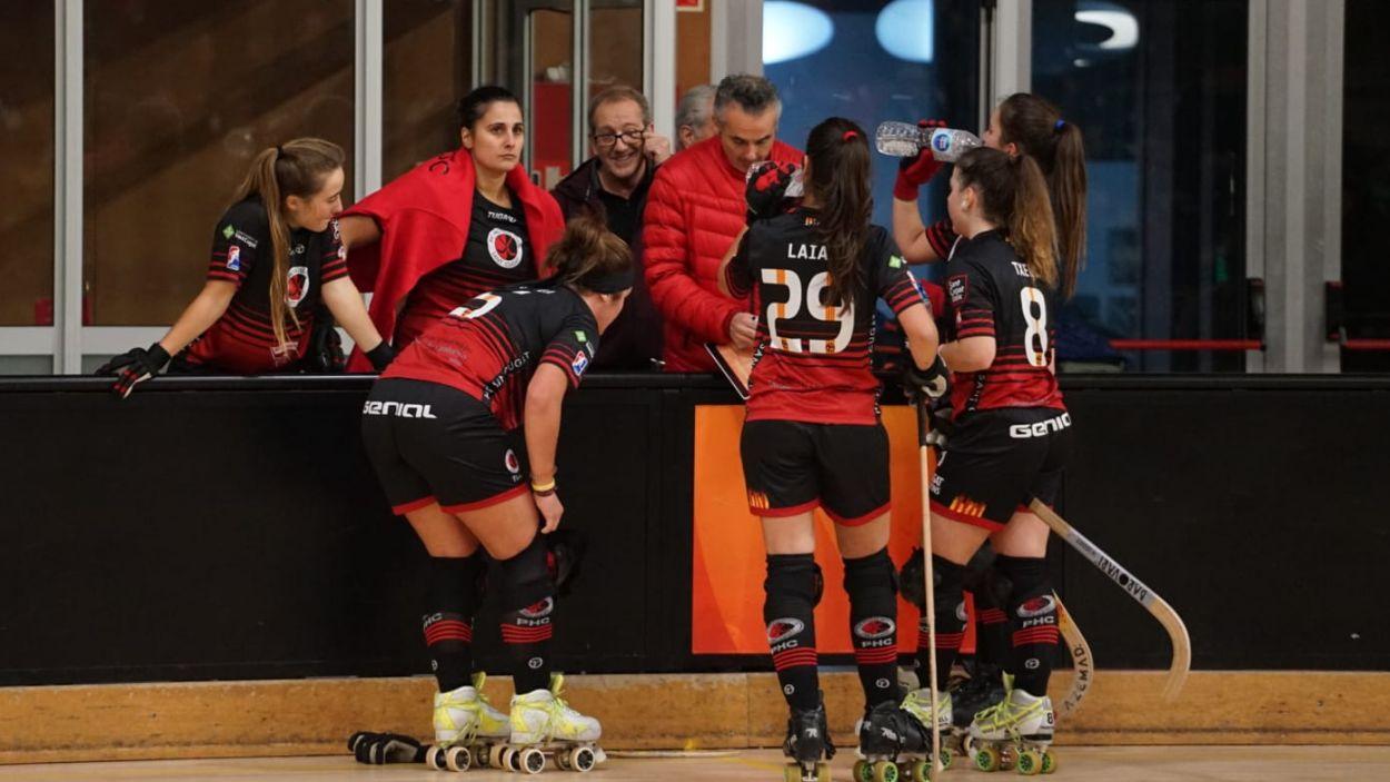 Les jugadores vermell-i-negres durant un partit d'Ok Lliga / Foto: Cugat Mèdia