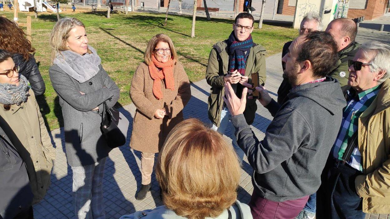 Veïns del barri exposant les seves queixes a l'alcaldessa i la regidora d'Educació / Foto: Cugat Mèdia