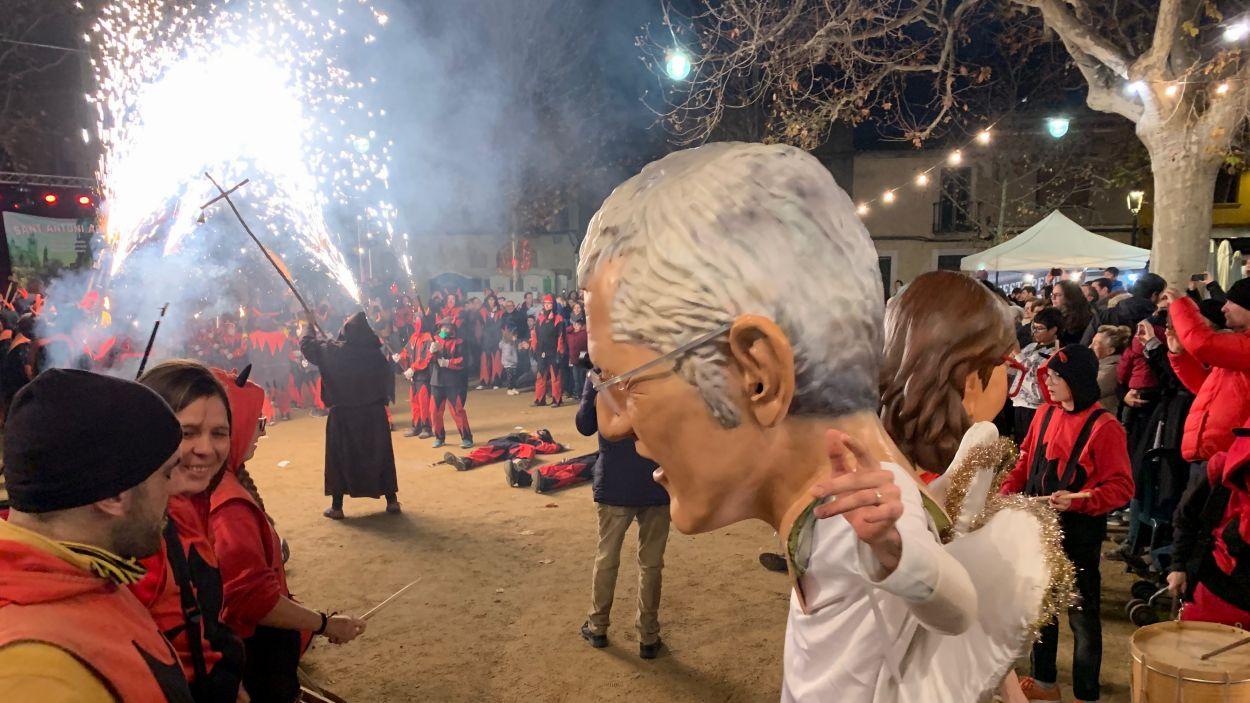 Sant Antoni i els Caparrots foragiten els Diables de Sant Cugat / Foto: Cugat Mèdia