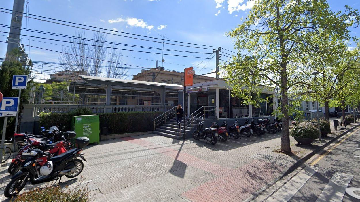 L'entrada a l'estació que quedarà tallada / Foto: Street View