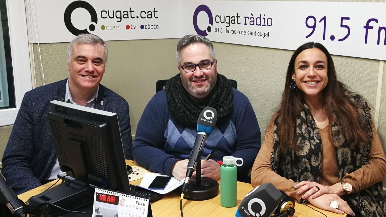 El presentador de la tertúlia, Joan Miquel Fernández, al centre, acompanyat d'Elena Vila del PSC i Francesc Carol d'ERC-MES / Foto: Cugat Mèdia