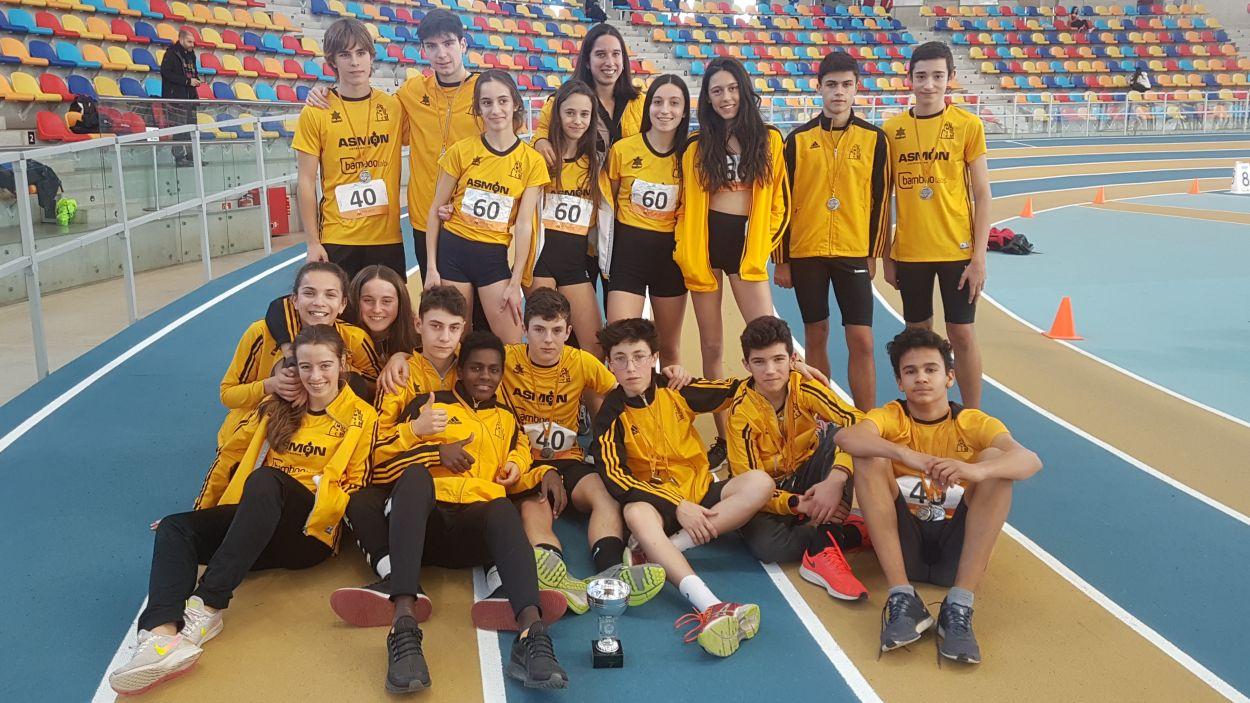 L'equip masculí i el femení de la secció d'atletisme del Muntanyenc / Foto: CMSC